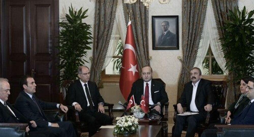 AK Parti ile HDP milletvekilleri arasında Dolmabahçe'deki Başbakanlık Ofisi'nde gerçekleşen görüşme