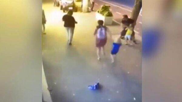 Ailesi ile yürüyen çocuklara bıçakla saldırdı - Sputnik Türkiye
