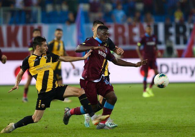 UEFA Avrupa Ligi play-off turu rövanş maçında Trabzonspor, Yunanistan temsilcisi AEK ile karşılaştı. Bir pozisyonda Trabzonsporlu Caleb Ekuban (solda), rakipleriyle mücadele etti.