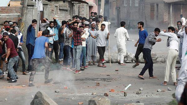 Hindistan'ın Cemmu Keşmir bölgesinde protestolara polis müdahalesi - Sputnik Türkiye