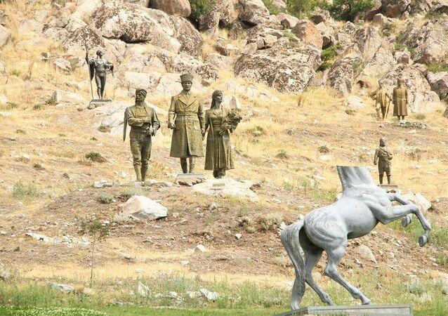Eskişehir'in Sivrihisar ilçesinde dağların eteklerinde yer alan müzeyi ziyaret eden yerli ve yabancı turistler, birbirinden güzel onlarca devasa heykel ile karşılaşıyor.