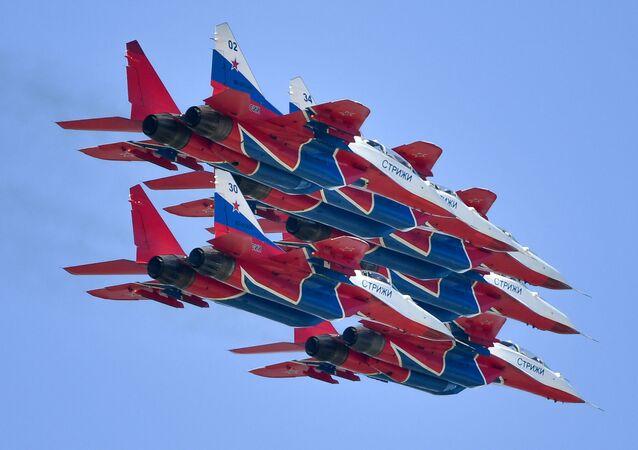 Uluslararası Havacılık Fuarı MAKS-2019 kapsamında  dünyaca  ünlü Rus hava akrobasi ekibi Striji'nin MiG-29 avcı uçaklarıyla yaptığı gösteriden bir kare.