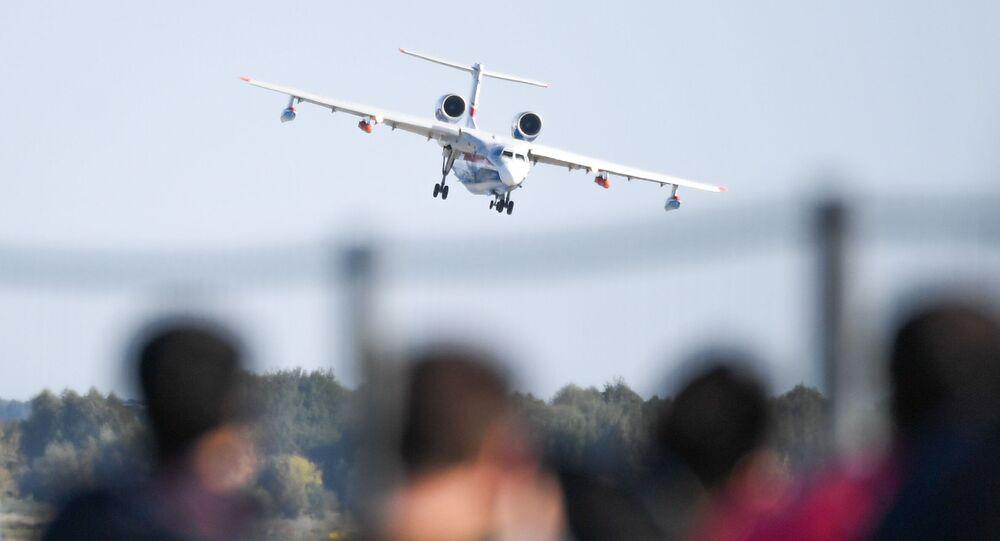 Rus yapımı Beriev Be-200ES  amfibi uçağı gösteri uçuşunu yaparken