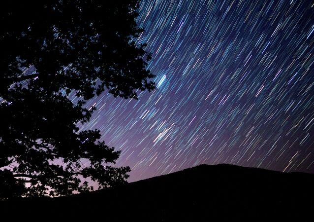 Perseid meteor yağmurunun nefes kesen görüntüsü.