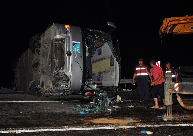 Antalya'da tur otobüsünün devrilmesi sonucu 1 kişi öldü, 28 kişi yaralandı.