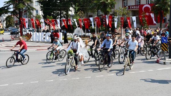 Bursa'nın İnegöl ilçesinde yeni evlenen Kadir Aktürk ve Ömür Aktürk çifti, ilçede bisikletlerle düğün konvoyu düzenledi. - Sputnik Türkiye