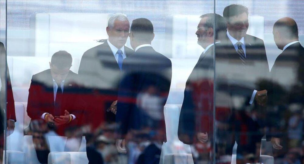 Cumhurbaşkanı Yardımcısı Oktay, ABD Başkan Yardımcısı Pence ile Varşova'da görüştü, Teksas'daki saldırıda hayatını kaybedenler nedeniyle Pence'e başsağlığı dileklerini iletti.