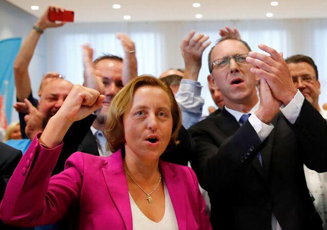 AfD Genel Başkan Yarcımcısı Beatrix von Storch ve partinin Saksonya eyalet teşkilat başkanı Jörg Urban seçim sonucu kutladı.