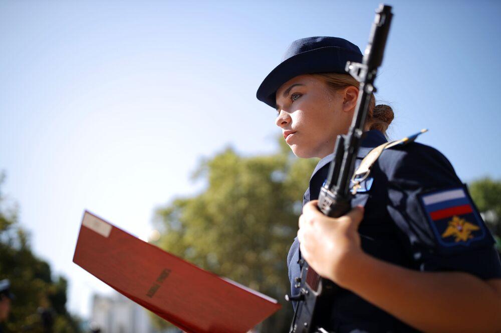 Krasnodar Askeri Havacılık Okulu'nun öğrencilerinden biri, yemin metnini okurken