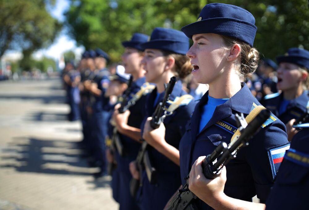 Rusya'daki  Krasnodar Askeri Havacılık Okulu'nda savaş pilotluğu eğitimine başlayan kadın öğrencilerin katıldığı yemin töreninden bir kare.