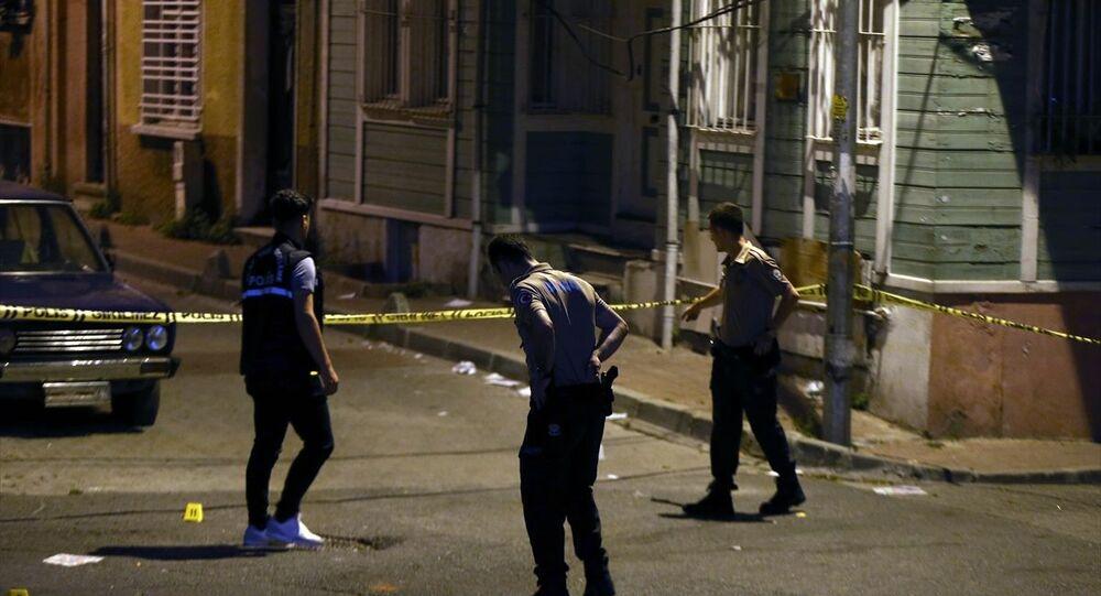 Fatih ilçesinde sokakta silahlı saldırıya uğrayan 18 yaşındaki genç, kaldırıldığı hastanede hayatını kaybetti. Polis ekipleri olay yerinde incelemelerde bulundu.