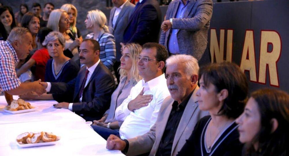 İBB Başkanı Ekrem İmamoğlu, Muharrem dolayısıyla Alibeyköy Cemevi'ndeki iftara katıldı.