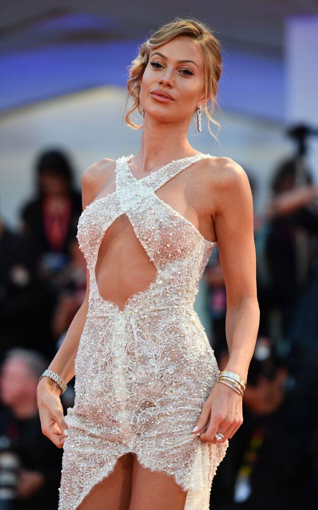 Cesur kıyafetiyle dikkatleri üzerine çeken İtalyan model Taylor Mega