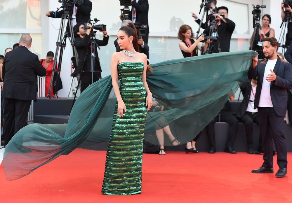 Taylandlı model ve oyuncu Pechaya Wattanamontri kırmızı halı için giydiği  zümrüt rengi şık elbisesiyle gözler kamaştırdı