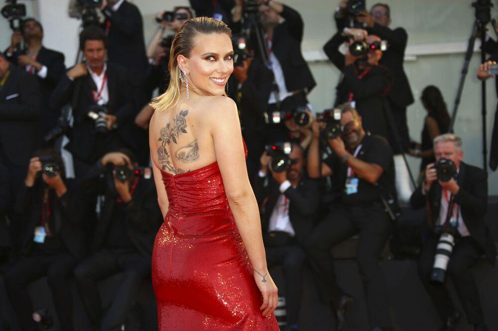 ABD'li oyuncu Scarlett Johansson, 'Marriage Story'  filminin prömiyerinde poz verirken