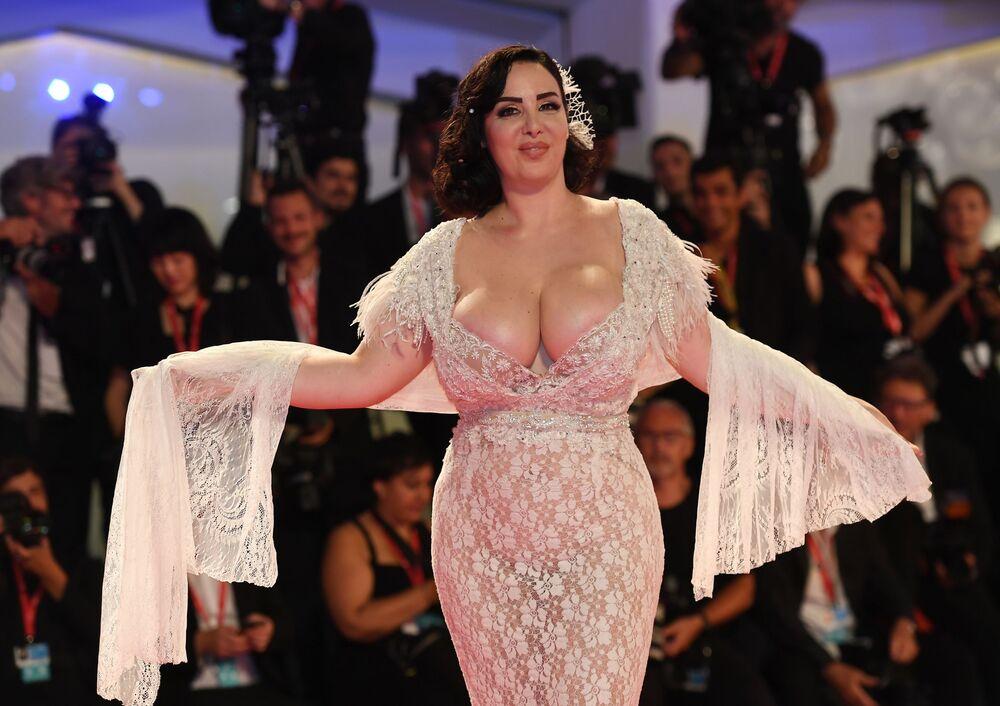 Cesur göğüs dekolteli elbisesiyle kırmızı halıya damga vuran İtalyan oyuncu Francesca Giuliano