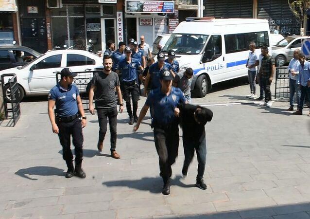 Manisa'nın Turgutlu ilçesinde bir suçluyu adli muayeneden kaçıran gruba yönelik düzenlenen operasyonda gözaltına alınan 7 kişi çıkarıldıkları mahkemece tutuklandı.