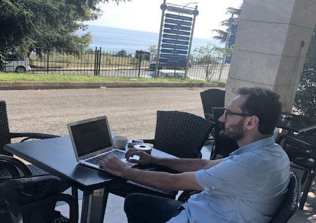 Trabzon'daki Avrasya Üniversitesi'nde işine mahkeme kararıyla dönen, ancak kendisine oda verilmediği için mesaiye kantinde devam eden akademisyen Murat Büyükyılmaz,
