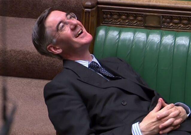 İngiltere parlamentosunda 'anlaşmasız Brexit'i önleyici yasa tasarısının gündeme getirilmesi tartışılırken, Muhafazakar Parti'nin Brexit yanlısı Avam Kamarası lideri Jacob Rees-Mogg'un parlamentoda yayılarak oturması diğer milletvekillerinin tepkisini çekti.