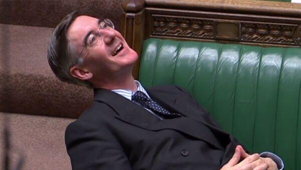 İngiltere parlamentosunda 'anlaşmasız Brexit'i önleyici yasa tasarısının gündeme getirilmesi tartışılırken, Muhafazakar Parti'nin Brexit yanlısı Avam Kamarası lideri Jacob Rees-Mogg'un parlamentoda yayılarak oturması diğer milletvekillerinin tepkisini çekti. - Sputnik Türkiye
