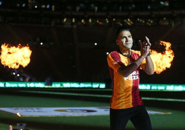 Galatasaray Kulübü, yeni transferleri için Türk Telekom Stadı'nda imza töreni düzenledi. Törene yeni transfer Radamel Falcao da katıldı.