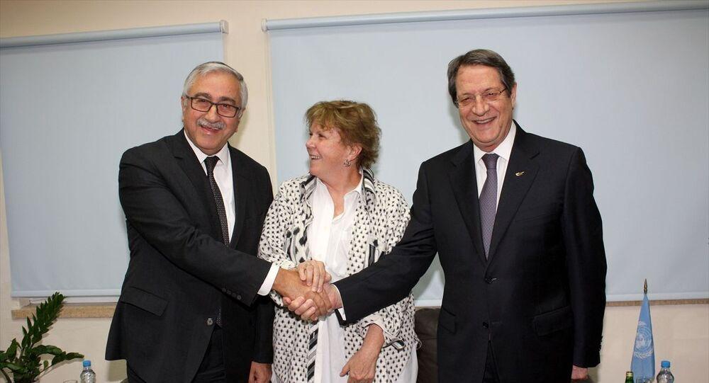 Kuzey Kıbrıs Cumhurbaşkanı Mustafa Akıncı, BM Kıbrıs özel danışmanı Jane Holl Lute ve Kıbrıs Cumhurbaşkanı Nikos Anastasiadis