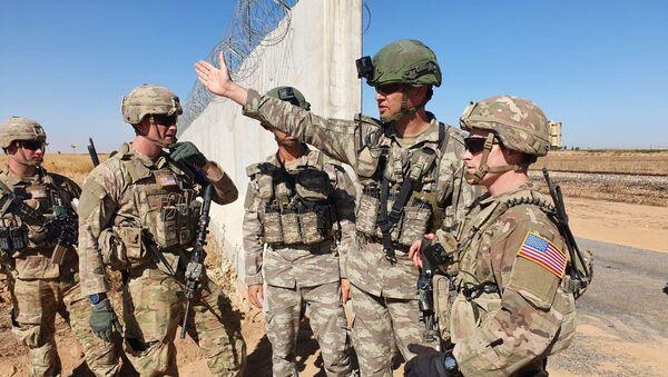 Turkish and U.S. soldiers meet on the Turkish-Syrian border for a joint U.S.-Turkey patrol, near the Turkish town of Akcakale - Sputnik Türkiye
