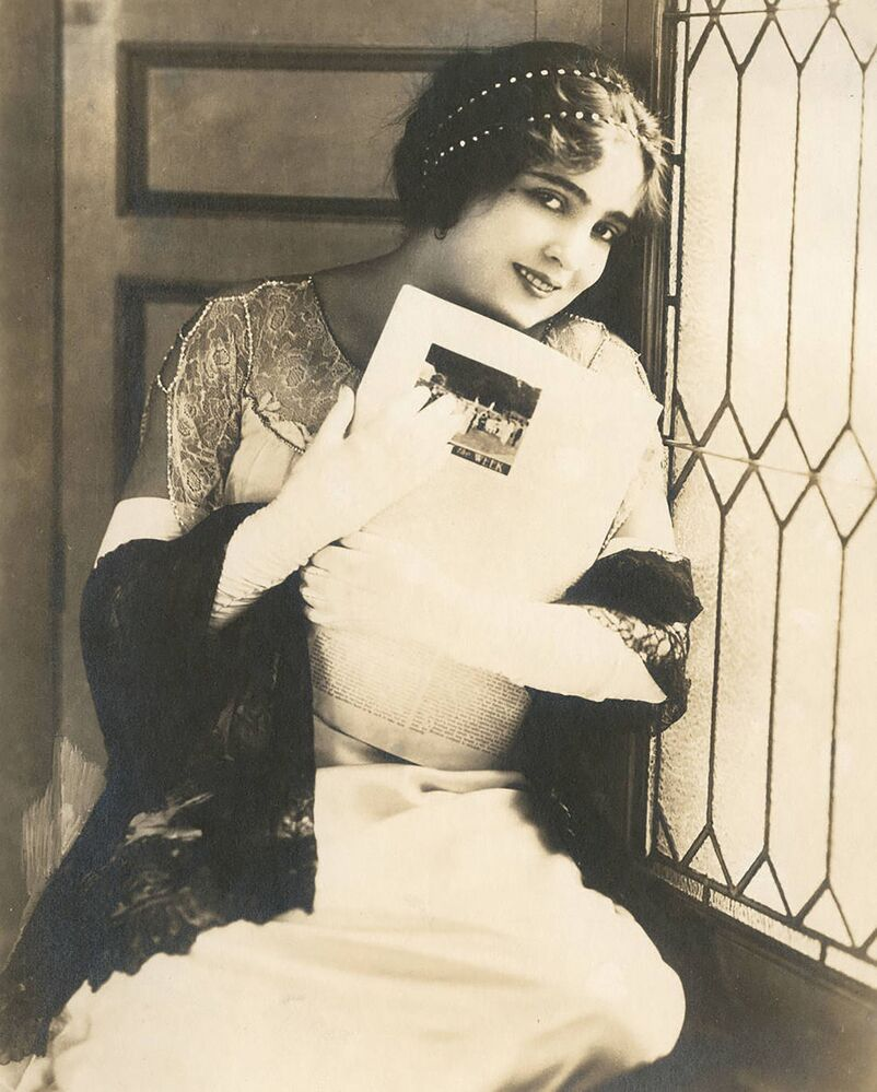 1920'li yılların güzellik sembolü olarak anılan kadınlar genç, zayıf ve stil sahibiydi.  Bu dönem gündeme diyet ve zayıflık getirdi. 20'li yılların güzellik idol yıldızları arasında sessiz sinema oyuncuları Olive Thomas ve Alice Joyce (fotoğrafta)  yer aldı.