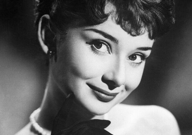 1960'ların güzellik ve zarafet sembolü ile moda ikonu  unvanı şüphesiz Hollywood oyuncusu Audrey Hepburn'a aitti.  Hepburn, göz alıcı güzelliği ve büyüleyici tavırları ile birçok insanın gönüllerini fethederek bu dönemin güzellik standardını belirledi.