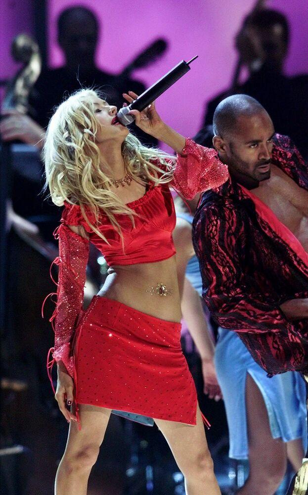 Büyük göğüslü, uzun boylu, ince, uzun bacaklı kadınlar 2000'lere damga vurdu. ABD'li şarkıcı Christina Aguilera, akımın en önemli örneklerinden biri.