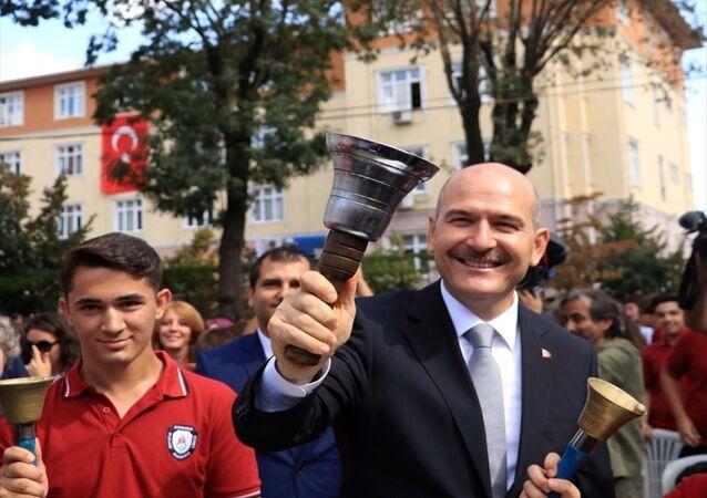 İçişleri Bakanı Süleyman Soylu (sağda), mezun olduğu Gaziosmanpaşa Plevne Anadolu Lisesinde 2019-2020 eğitim-öğretim yılı açılış programına katılarak konuşma yaptı. Bakan Soylu, ilk okul zilini çaldı.