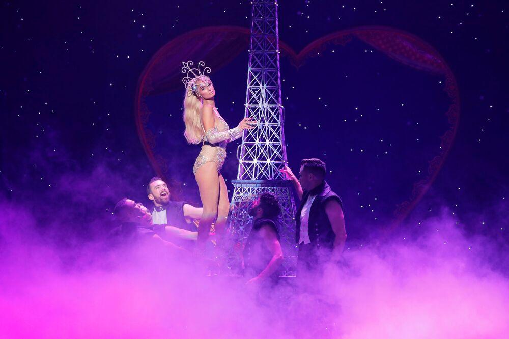 New York Moda Haftası kapsamında düzenlenen The Blonds x Moulin Rouge gösterisine katılan Hilton otellerinin varisi sosyetik güzel Paris Hilton.