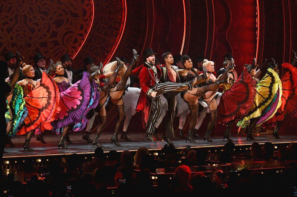 New York Moda Haftası kapsamında düzenlenen The Blonds x Moulin Rouge müzikal gösterisinden bir kare.