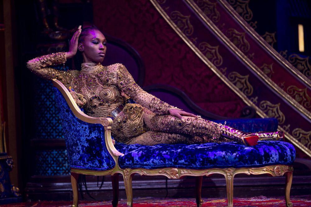 New York Moda Haftası'nda The Blonds markasının yeni kreasyonunu tanıtan modellerden biri.