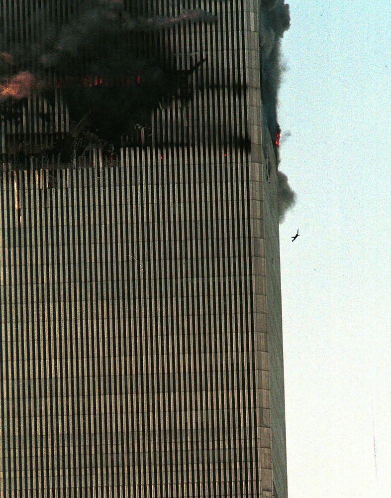 11 Eylül 2001'de New York'taki İkiz Kuleler'e 2 uçakla düzenlenen terör saldırısı sonucu  2 bin 606 kişi, Pentagon'da 125 kişi ve uçaklardaki 246 kişi hayatını kaybetti.