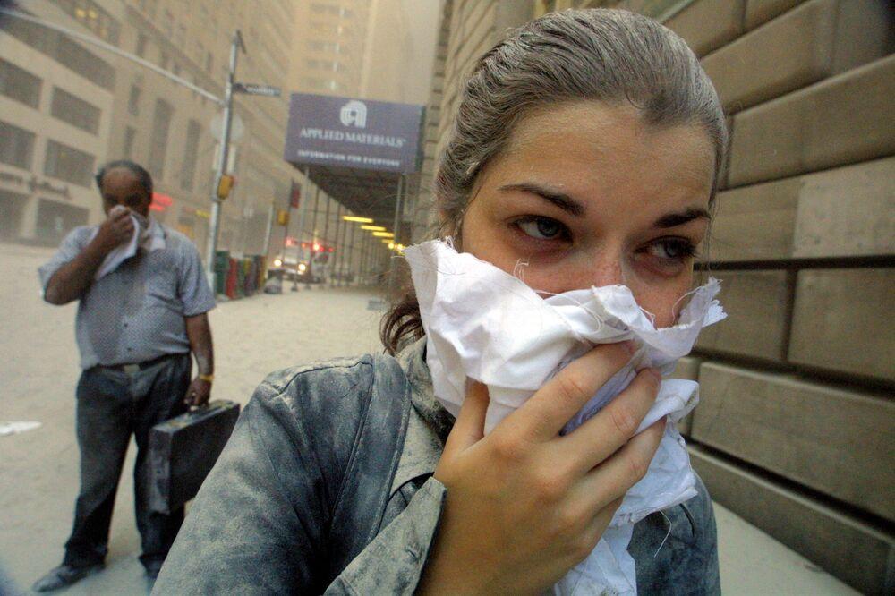11 Eylül 2001 tarihinde teröristlerin hedef aldığı New York'taki Dünya Ticaret Merkezi'nden tahliye edilen insanlar.