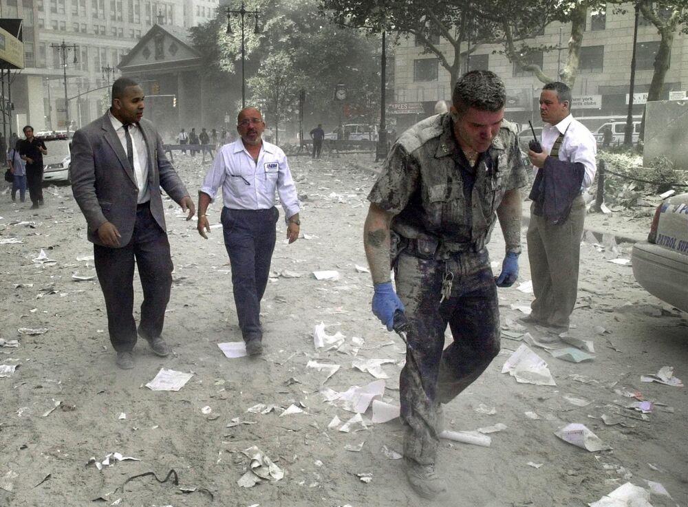 Saldırı sonucu çöken New York'taki Dünya Ticaret Merkezi'nden insanları tahliye eden arama kurtarma ekibinin üyesi.