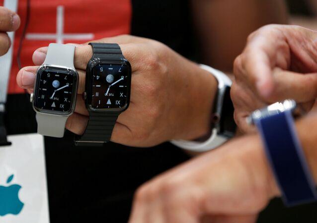 Kaliforniya'da tanıtılan akıllı saat Apple Watch Edition.