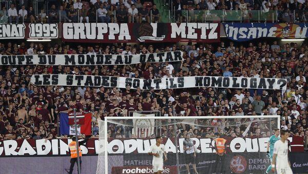 30Ağustos 2019'da oynananMetz-Paris Saint-Germain (PSG) maçında, hakemlerin maça ara verilmesi kararına yol açan tribünlerdeki 'homofobik' pankartlar  - Sputnik Türkiye