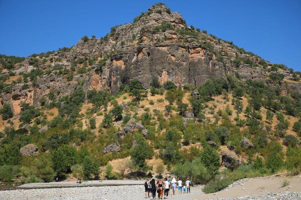'Gelî' Kürtçe 'Vadi' anlamına gelirken, 'Gor' mezar, 'Den' de küp anlamına geliyor, yani 'Küp Mezarlar Vadisi' olarak ifade ediliyor. Taş Köprü olarak da bilinen bu doğa harikası yerde, yüksekliği 200 metreyi bulan boğaz, ortasından geçen Sarım Çayı, su kaynaklarının oluşturduğu şelaleler, tarihi mağaralar, kiliseler ve kaya mezarları göze çarpıyor.
