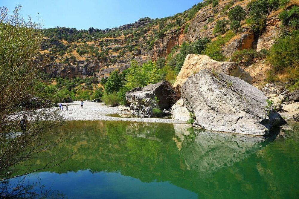 Bölgede aynı zamanda bir köprü de mevcut. Kulp'u Silvan ve Hazro'ya bağlayan ve adını köyün isminden alan Taşköprü de bu köyün kuzeybatısında yer alıyor. Köprünün, II. Abdülhamit döneminde yapıldığı belirtiliyor. Köprü, mimarisi ile Malabadi Köprüsü'ne benziyor. Köprü, köyün kuzeyinde bulunan kayalıklarda kesilen özel biçimli taşlardan yapılmış.