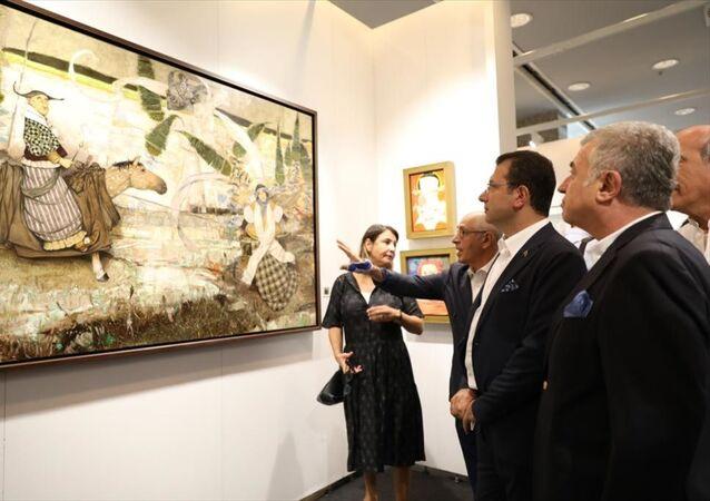 İstanbul Büyükşehir Belediye Başkanı Ekrem İmamoğlu, İstanbul Kongre Merkezi'nde bu yıl 14'üncüsü düzenlenen Contemporary Istanbul sergisini gezdi.