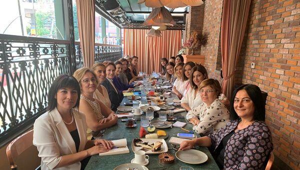 İYİ Parti Genel Başkanı Meral Akşener, Sputnik'in de aralarında bulunduğu basın kuruluşlarında yöneticilik yapan kadın gazetecilerle buluştu. - Sputnik Türkiye