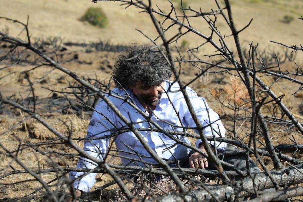 """Orman yangınlarına dikkat çekmek amacıyla böyle bir eylem yaptığını ifade eden Prof. Dr. Kavukçu; """"Bu kentte bu yaz irili ufaklı 20 civarında yangın çıktı, tahribat var, kimi zaman bilinçli, kimi zaman bilinçsiz. Türkiye'nin birçok kentinde yangın çıktı. En son İzmir'de olan yangında ormanların yandı, bununlar birlikte canlıların yok oldu"""" dedi."""