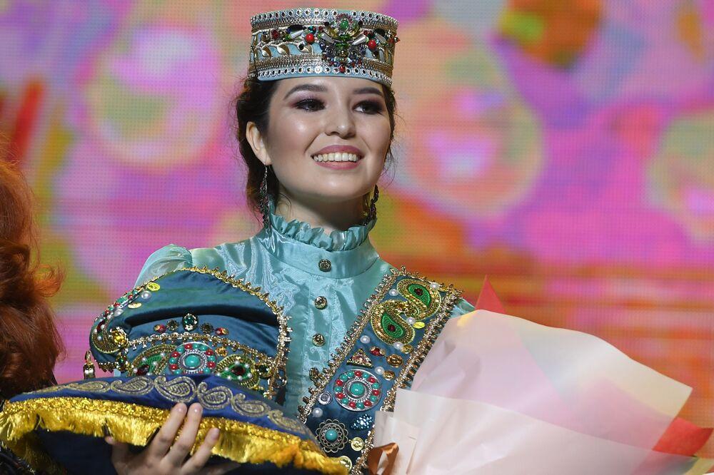 Ödül töreninde poz veren Tatar Kızı 2019 unvanını kazanan  Azilya Ayupova .