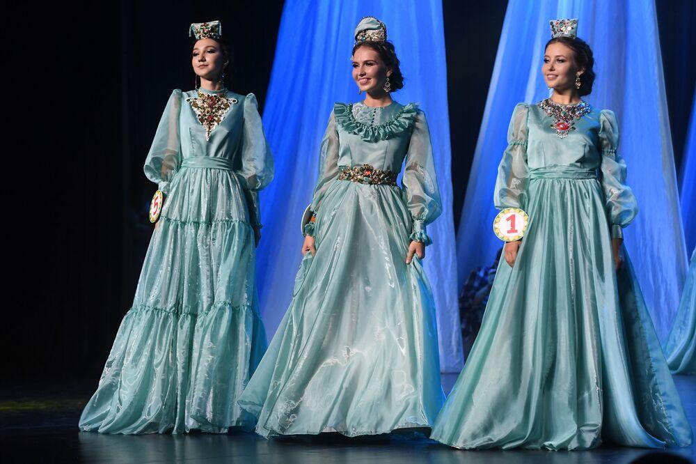 Kazan'da düzenlenen 'Tatar Kızı' 2019 Güzellik Yarışması, renkli görüntülere sahne oldu.