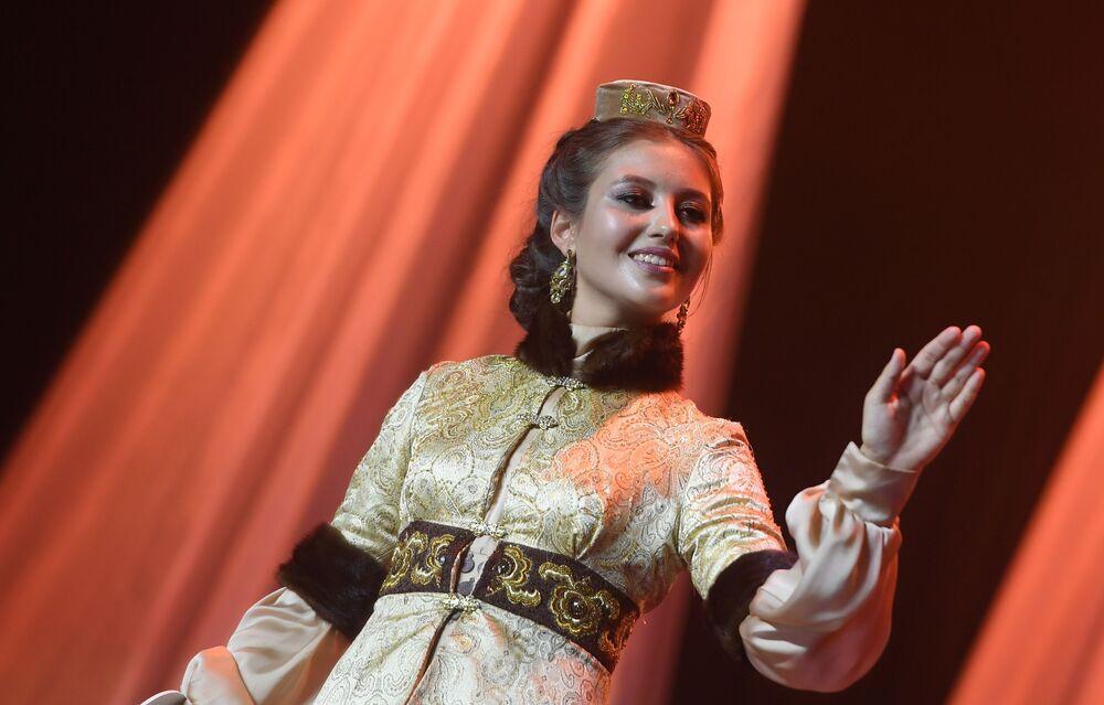 Ulusal  kıyafet defilesine katılan yarışmacılardan biri.