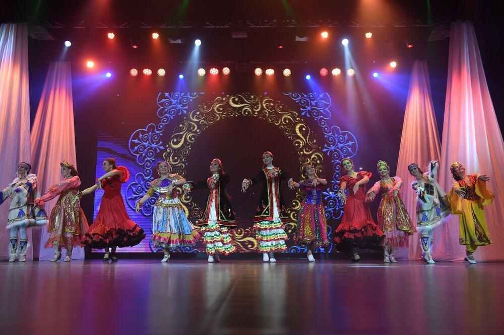 'Tatar Kızı' 2019 Güzellik Yarışması'nın katılımcıları, jüri üyelerine dans yeteneklerini de sergiledi.