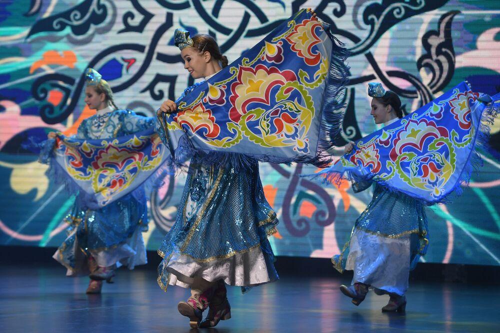 Finale kalan yarışmacılar renkli dans gösterileriyle de sahne aldı.