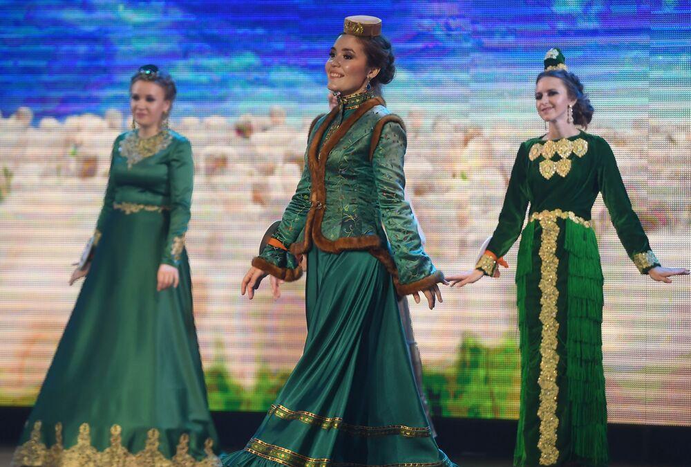 Milli kıyafet defilesine katılan yarışmacılar.